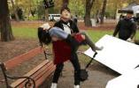 """爱太""""沉重""""!小伙520""""翻车"""":公主抱130斤女友手臂骨折了"""