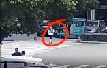 斑马线上突然往回跑 11岁男孩被车撞进绿化带…