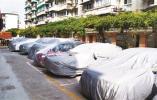 宁波这个小区外墙进行喷涂作业 施工人员给邻近车辆穿上