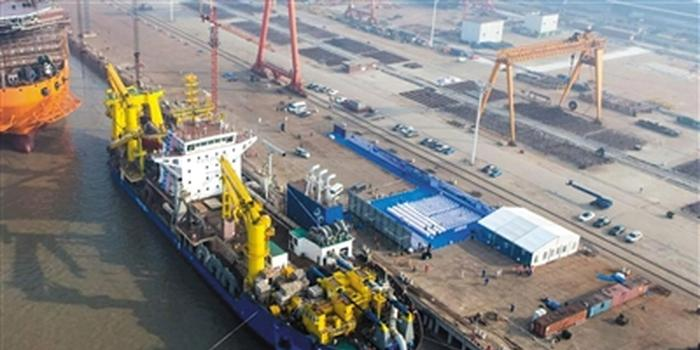 """11月3日,亚洲最大自航绞吸式挖泥船""""天鲲号""""在上海振华船厂成功下水。 中船集团708所供图"""