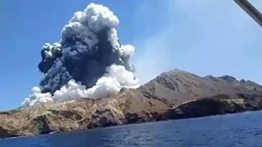 火山喷发2名死伤者为中国人 新西兰总理吁降半旗