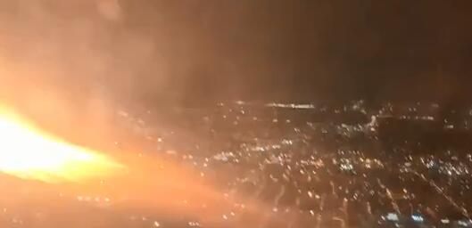美一架波音客机起飞后,引擎突然喷火,乘客惊慌