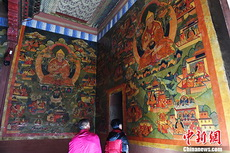 甘肃夏河拉卜楞寺佛殿中被保护修复的壁画实景。