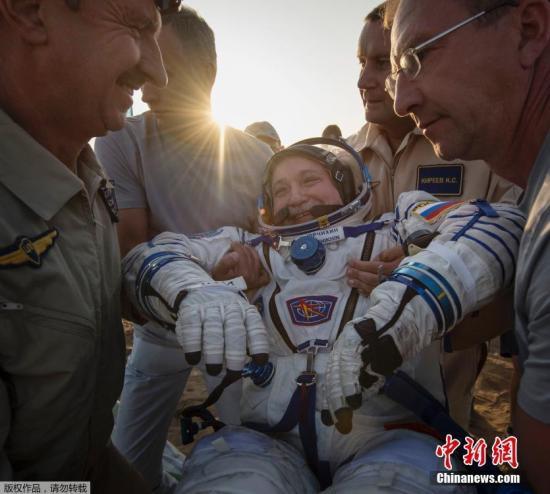 """当地时间2017年9月3日,三名宇航员搭乘""""联盟MS-04""""号飞船的返回舱从国际空间站平安返回,成功降落在哈萨克斯坦境内。"""