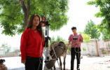 徐州90后小夫妻牵着毛驴做直播,半天能卖5万元