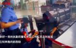 揚州火車站一旅客扶梯上摔倒,幸虧他們速度快