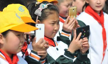 Guangdong to ban mobile phones in classrooms to protect students' eyesight