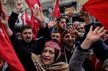 土耳其民众在荷兰驻伊斯坦布尔领事馆前抗议
