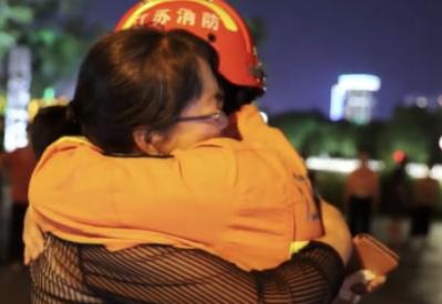 他一转身,看到了母亲,瞬间哭成了泪人…