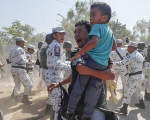 """数百中美洲移民趟界河""""闯关""""墨西哥"""