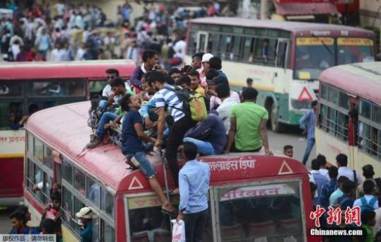 印度学生竞争压力大 六成学生因书包过重影响脊椎