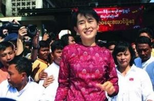 2012年1月4日,昂山素季在缅甸独立64周年庆祝仪式上发言
