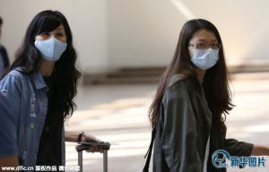 当地时间2019-05-25,韩国首尔,韩国国内中东呼吸综合征(MERS)患者人数已增至7人。图为首尔金浦国际机场内的乘客们戴着口罩。