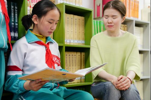 """北京肯德基带领""""小候鸟""""儿童爱心探访中国盲文图书馆,以声相伴视力障碍阅读者"""