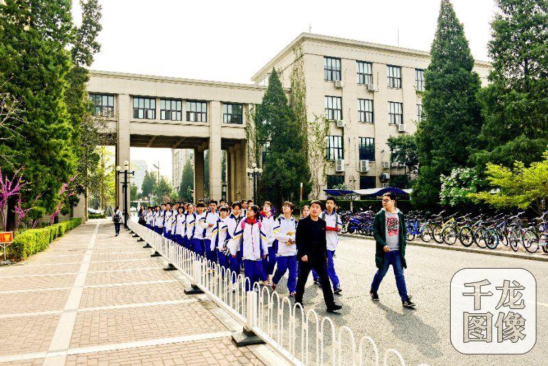 """北京十中""""青春导师""""系列活动走进清华大学"""