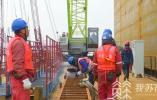 常泰长江大桥2号墩首节钢围堰吊装就位