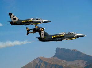 """""""飞人""""伊夫·罗西(中)与百年灵喷气机飞行表演队的L-39C型表演机一同飞行。"""