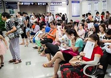 等待办理出入境证件的人群