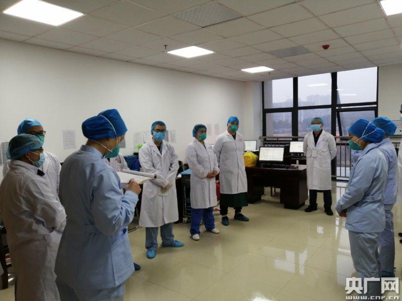 湖南省驻湖北红安医疗队病区首位危重症患者出院