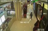 不敢相信! 5歲小孩商場偷名牌裙 旁邊遙控指揮者是親媽