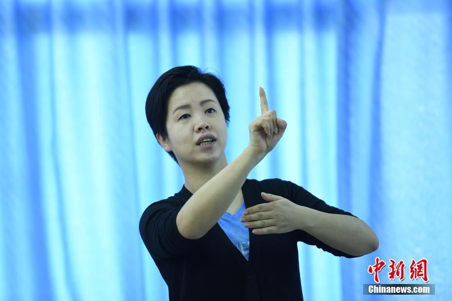 """中国首位聋人语言学博士 唇耕手耘为""""聋""""""""听""""世界搭建桥梁"""