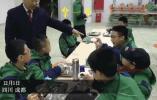 气场太强了!校长在清晨的食堂让学生一个一个吃鸡蛋……