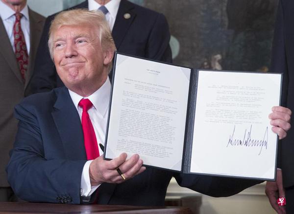 2017年8月14日,特朗普签署备忘录,指示美国贸易代表对中国在知识产权领域的政策行为进行审查。(彭博社)