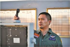 对话海军某舰载航空兵部队着舰指挥官张敏