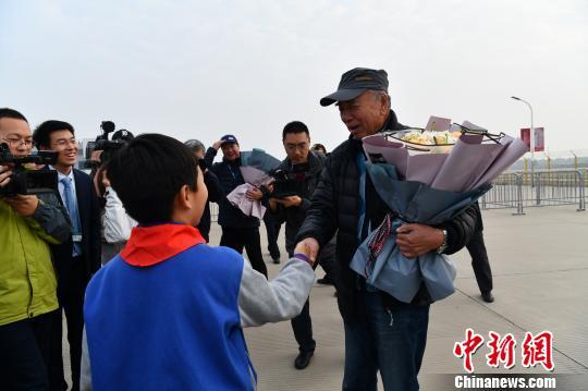 """""""环飞中国""""机组空降石家庄栾城机场"""