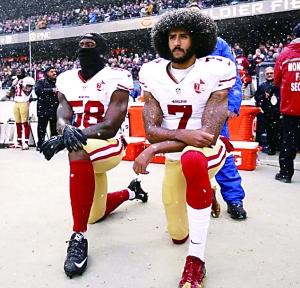 卡佩尼克继续在奏国歌时单膝下跪抗议