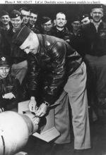 杜立特将日本送的奖章系在炸弹上
