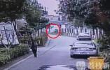 妙龄女子误踩油门轿车坠河 64岁老伯见义勇为砸窗救人