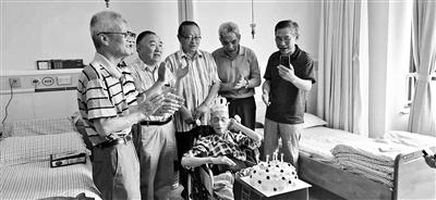 七旬学生陪护94岁中学老师