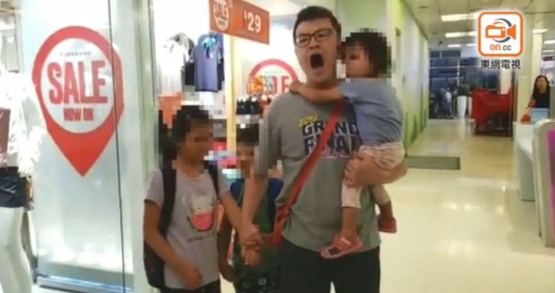高唱国歌被围堵,网友:是条汉子!