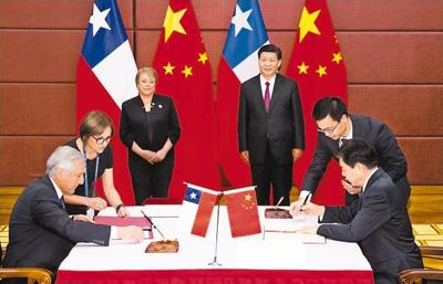 习近平同智利总统巴切莱特一道出席中智自由贸易协定升级议定书签字仪式