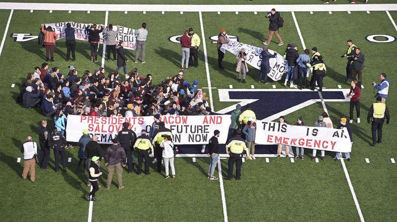 美国爆发抗议示威活动,警方清场并拘捕不愿离开的人
