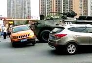 女司机驾车剐蹭装甲车