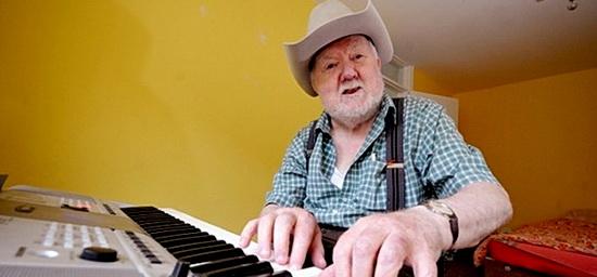 老人中风后因祸得福 神奇学会弹钢琴